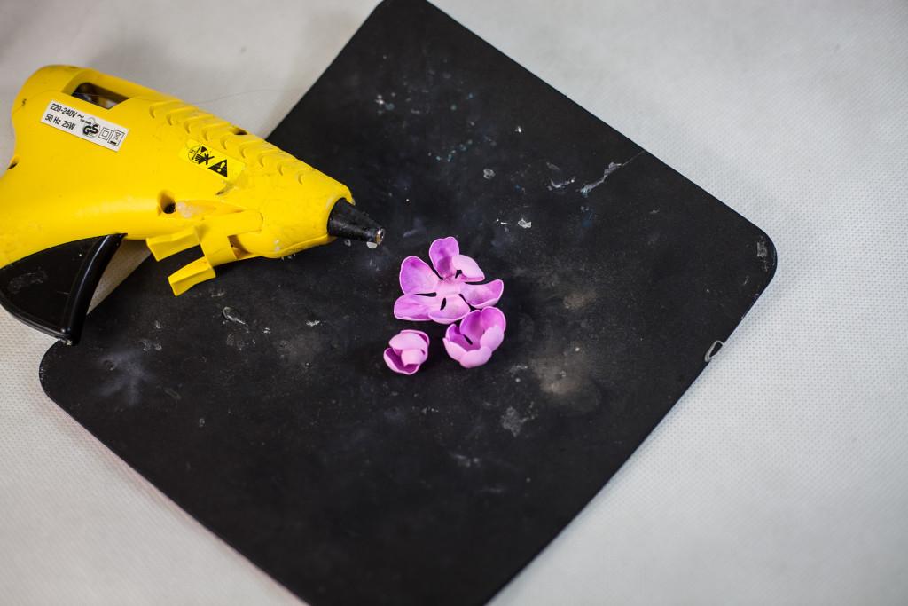 Соедините все детали цветка вместе с помощью клея