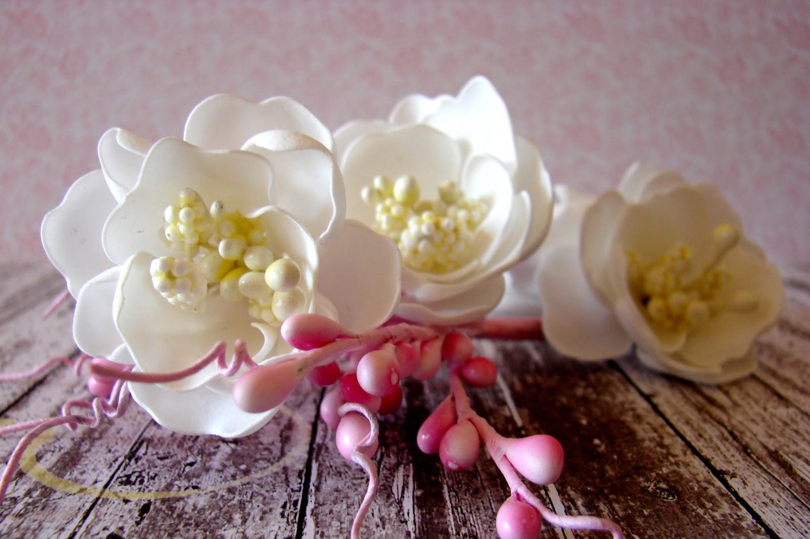 Цветы из фоамирана кажутся настоящими, хрупкими и нежными