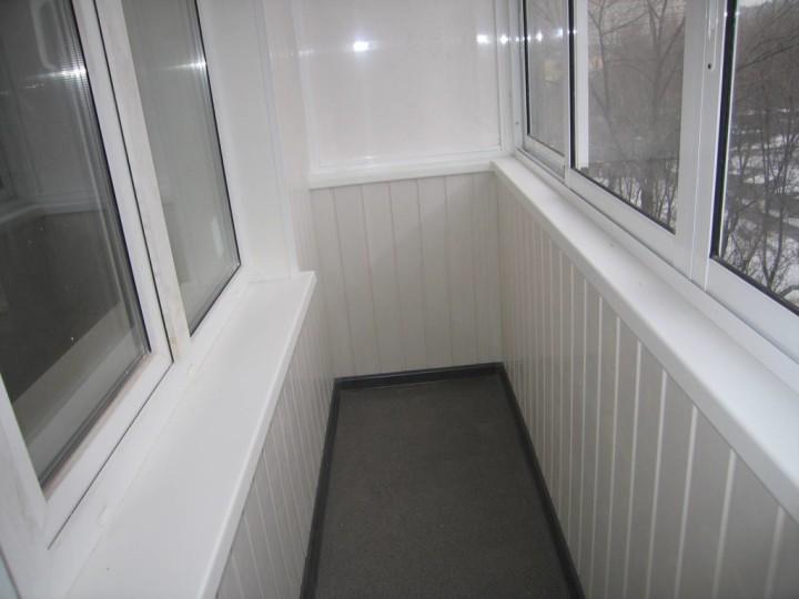 отделка балкона пластиковыми панелями фото
