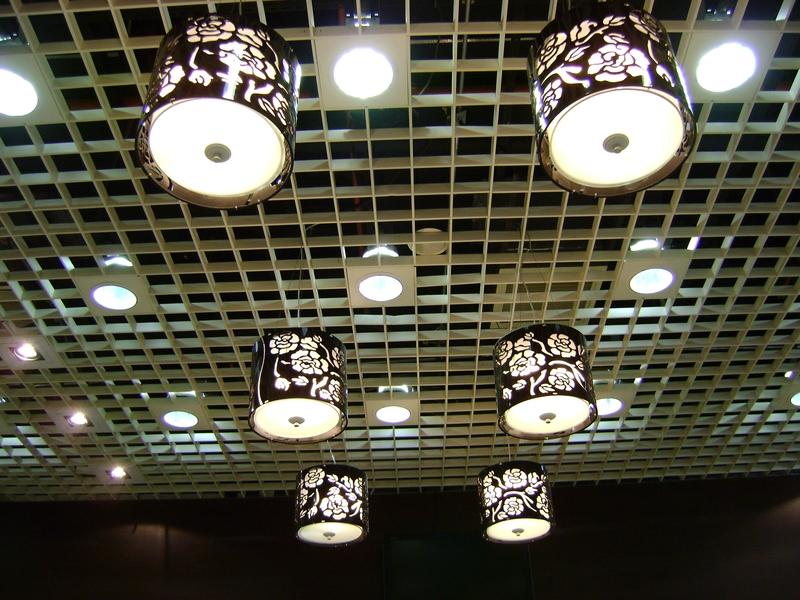 Современный потолок грильято
