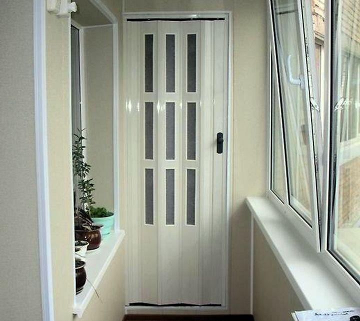 Дверь-гармошка в шкафу на балконе