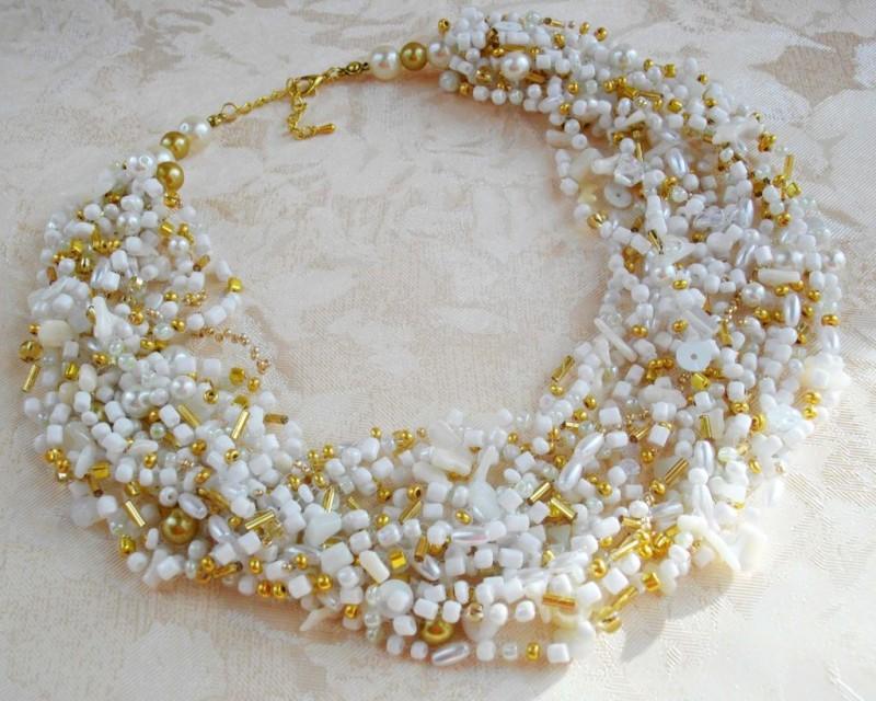 Фото 10: Бело-золотое ожерелье из бисера