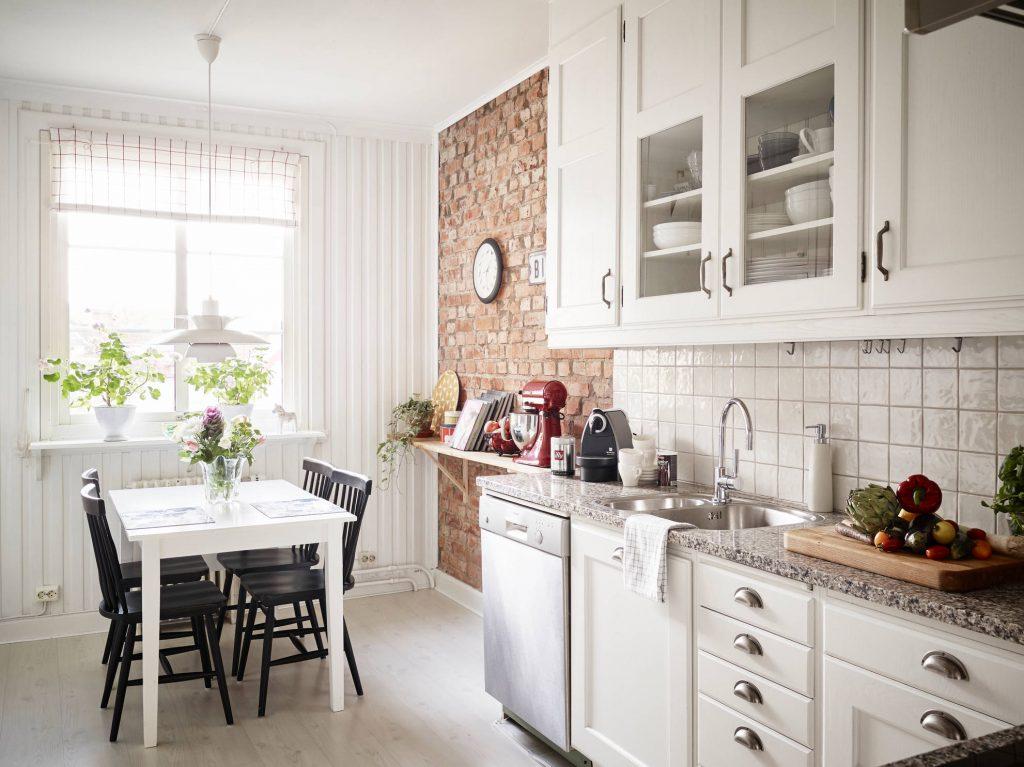 Белая уютная кухня