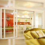 Фото 62: Раздвижные двери из кухни в гостиную