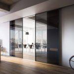 Фото 45: Раздвижные двери из темного стекла