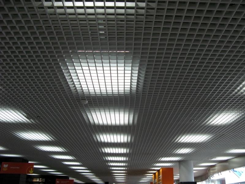 Освещение над потолком грильято