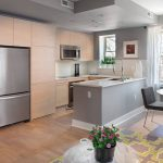 Фото 75: Маленькая островная кухня для кухни-гостиной