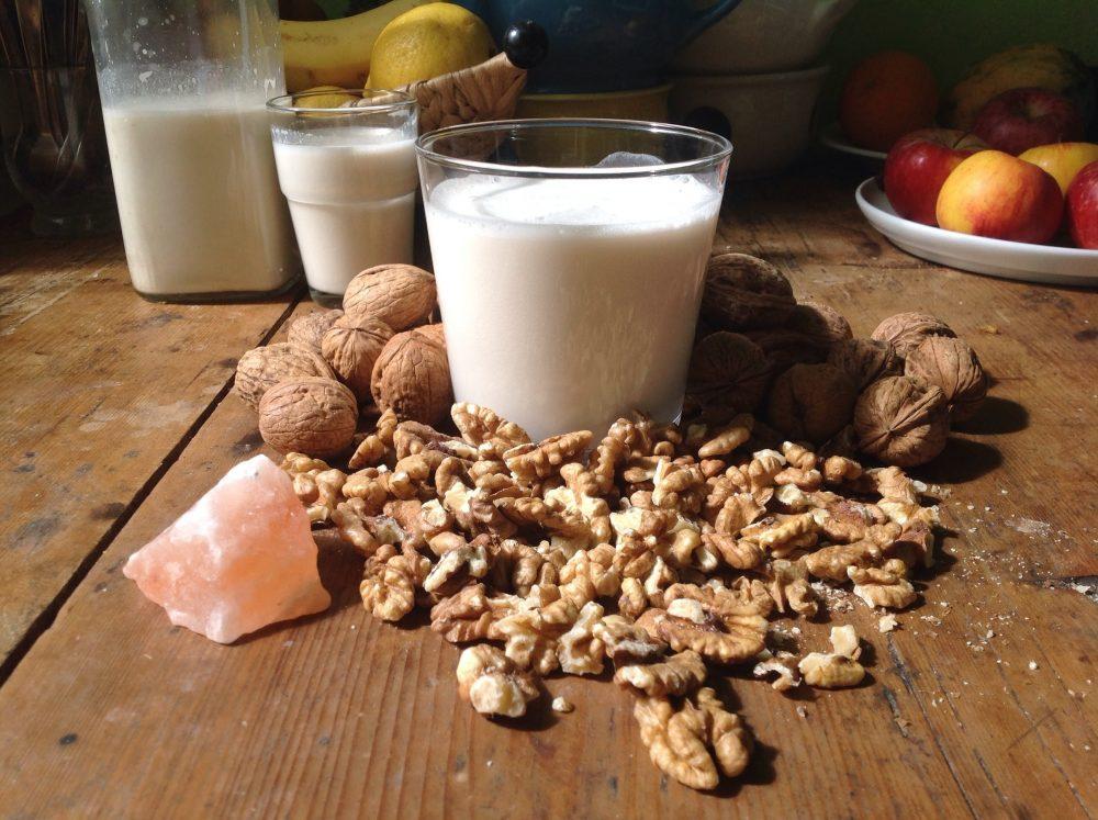 Молоко с грецким орехом