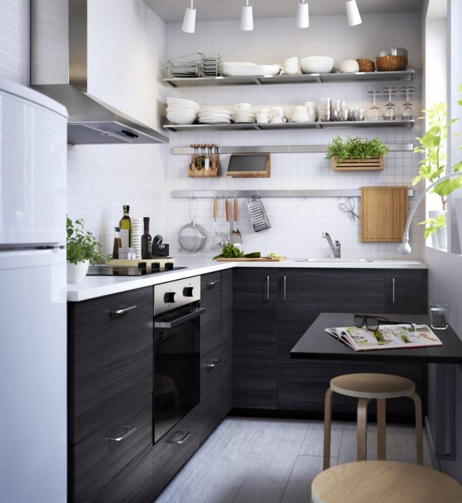Открытые полки на маленькой кухне