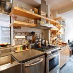 Фото 87: Открытые полки на кухне