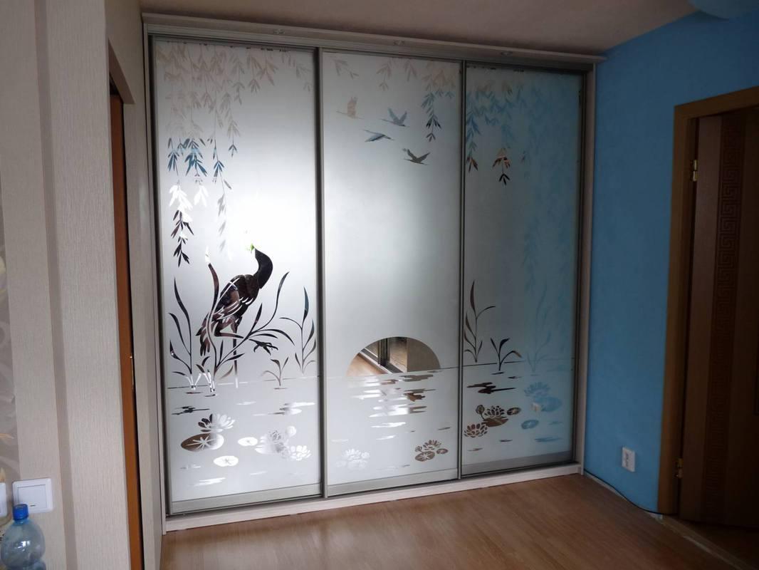 Шкаф-купе с зеркальным рисунком