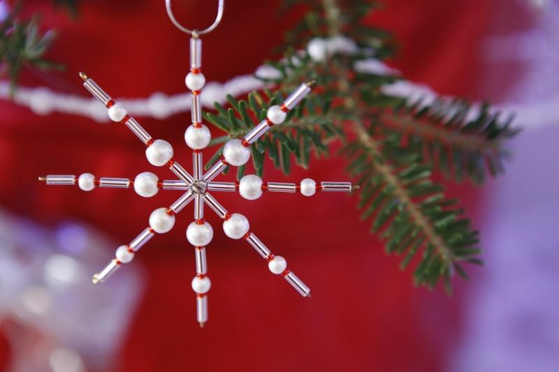 Фото 24: Снежинка из бисера и бусин на елку