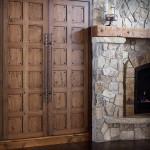 Фото 20: Массивные деревянные двери с железными элементами