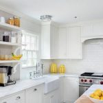 Фото 41: Светлые открытые полки на кухне