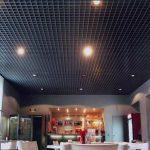 Фото 53: Темный потолок грильято в кафе