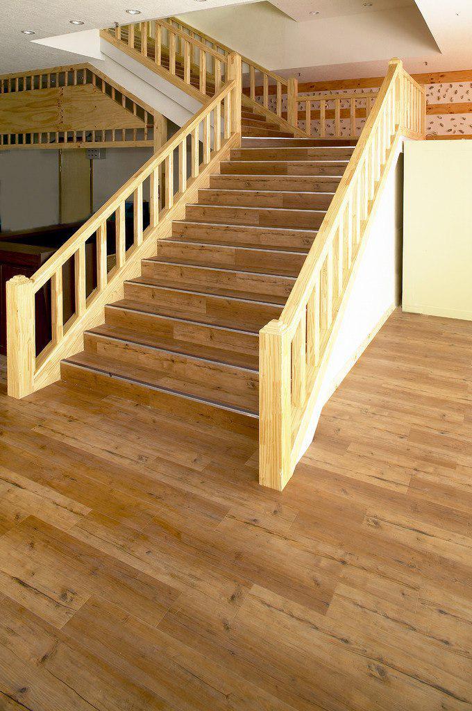 Фото 26: Отделка лестницы и пола виниловым ламинатом