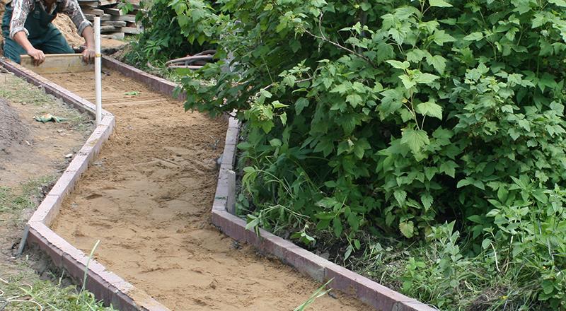Выравнивание места для садовой дорожки