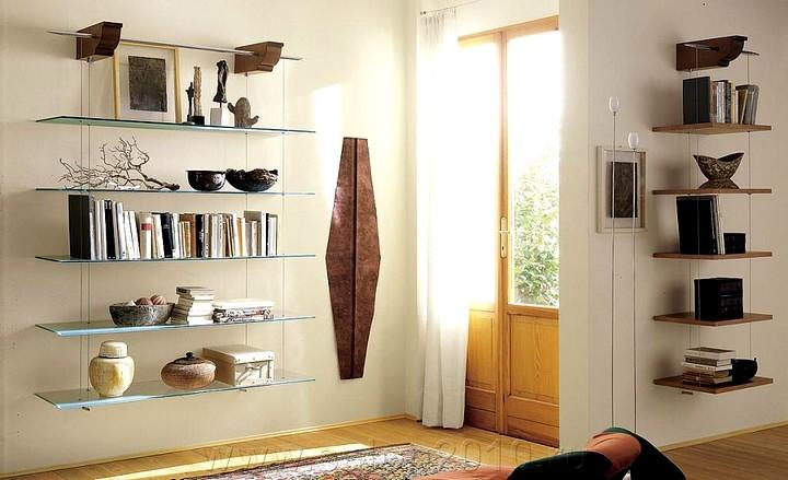 Стеклянные полки на стену в интерьере гостиной фото