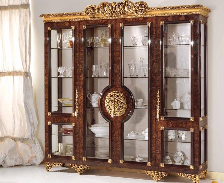 Величественная витрина для гостиной в классическом стиле