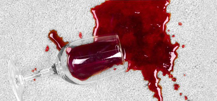 Удаление пятен вина с ковровой поверхности