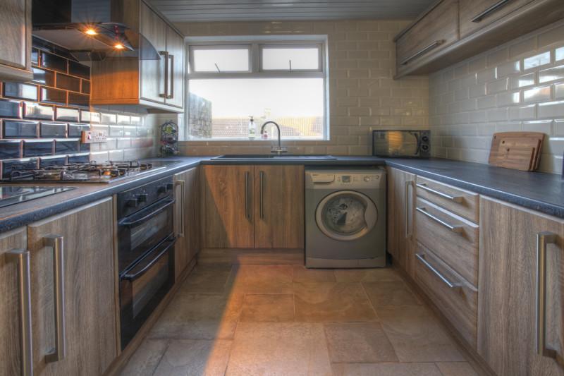 Фото 13: Интерьер кухни с деревом сонома