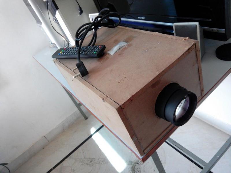 Фото 15: Проектор с деревянным корпусом