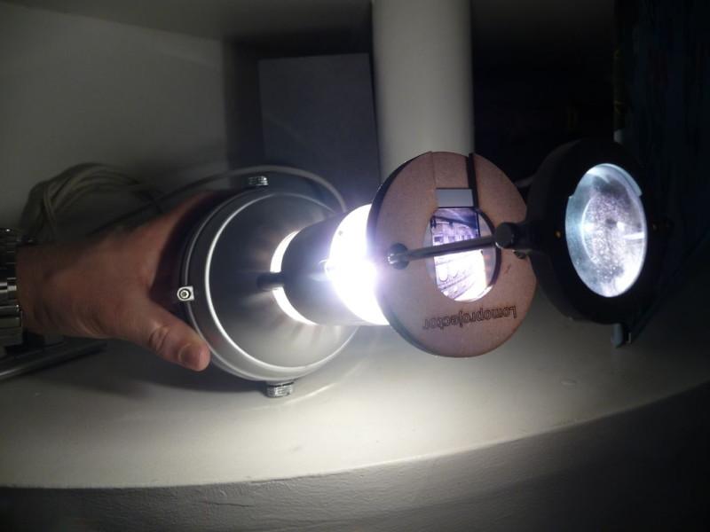 Проектор из лампы и лупы для слайдов