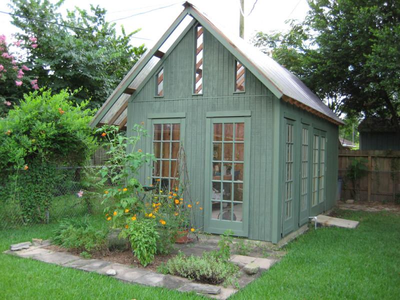Садовый домик с множеством окон