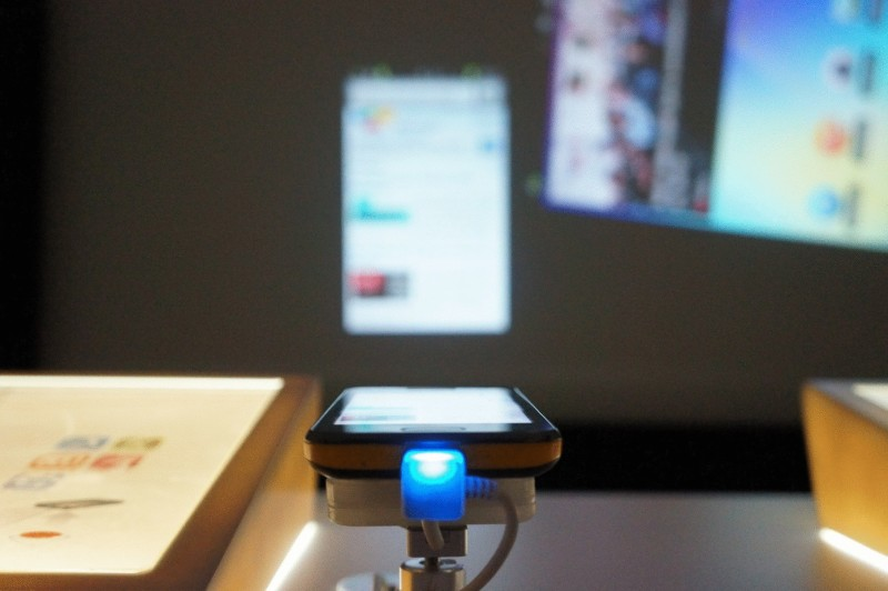 Фото 23: Сенсорный проектор для смартфонов