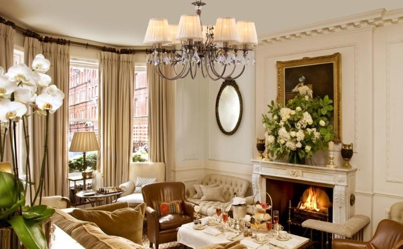 Фото 28: Современная гостиная в светлых тонах с элементами классического стиля