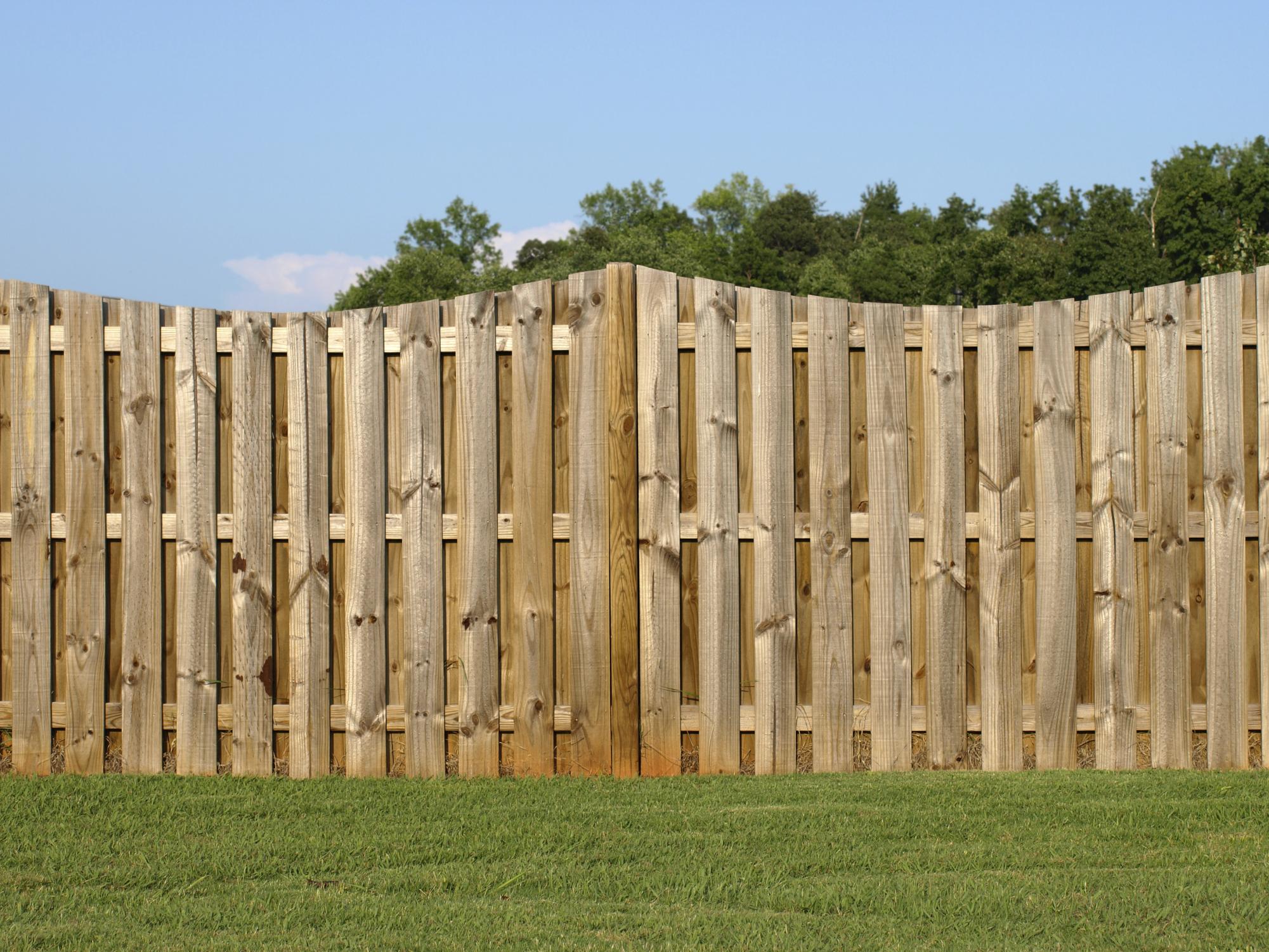 Забор с деревянными столбами