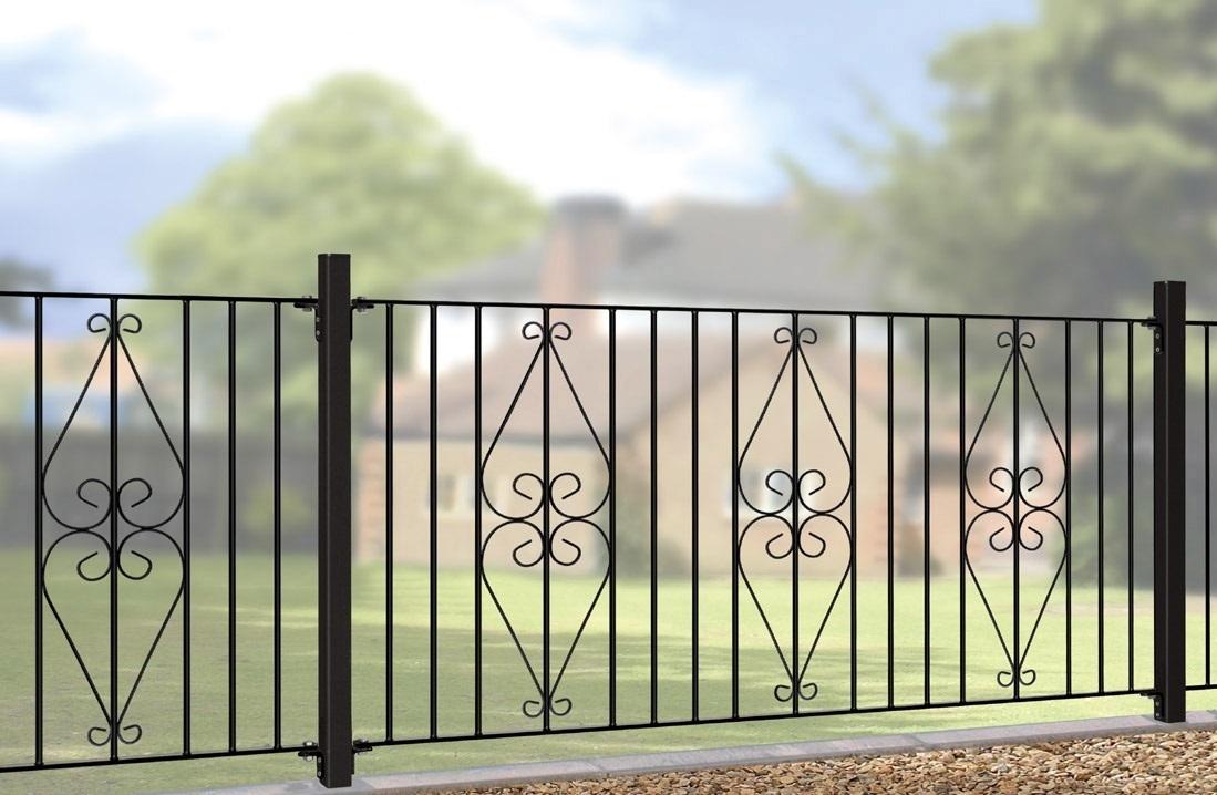 Забор с металлическими опорами