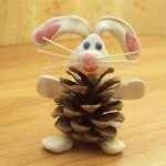 Фото 5: Поделки из шишек заяц