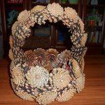 Фото 13: Поделки из шишек корзинка