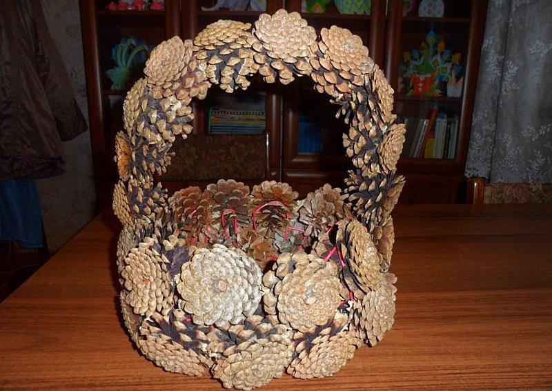 Осенняя поделка корзинка из шишек