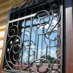 Vidy metallicheskih reshetok na okna s foto (10)