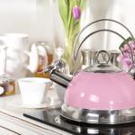 Фото 30: Металлический чайник в розовом цвете
