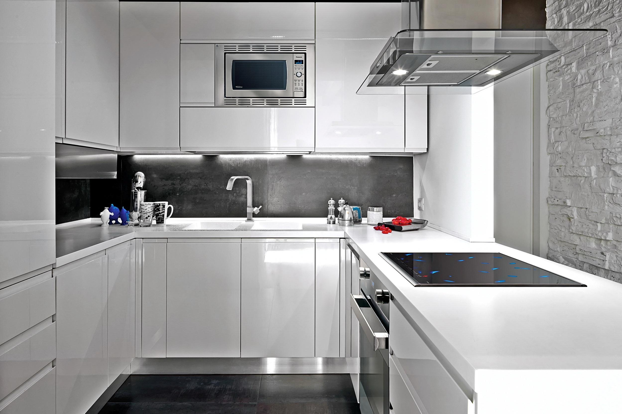 Угловая белая кухня в интерьере фото