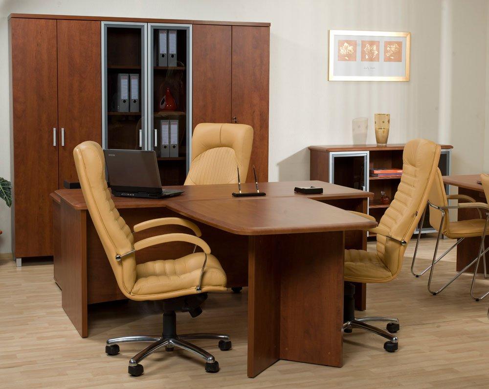 Кресло офисное на колесиках на фото