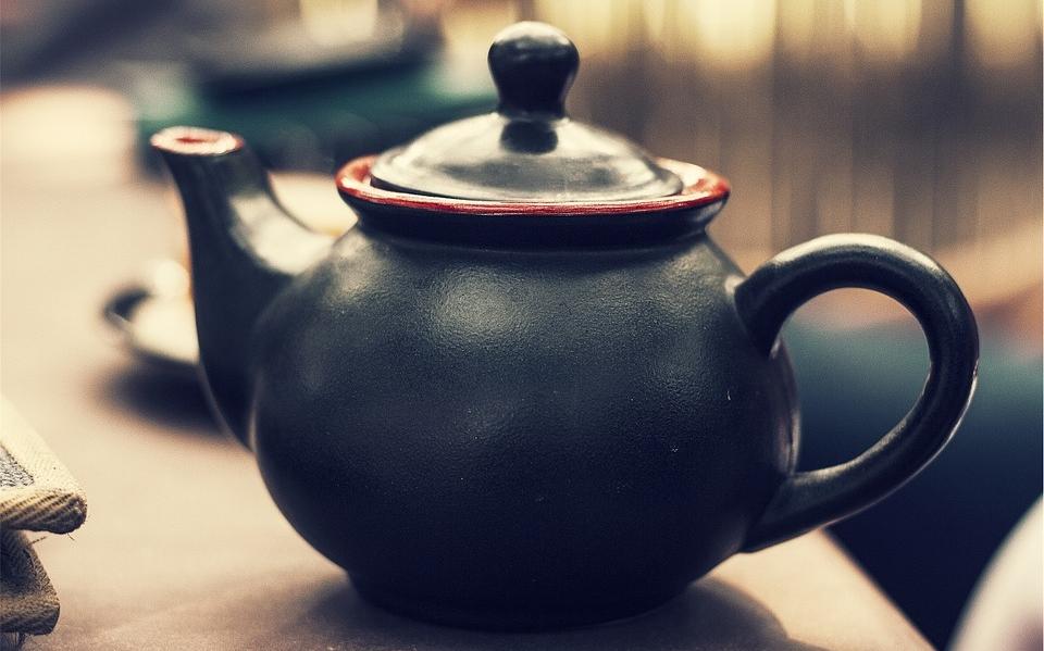 Заварочный чайник черного цвета