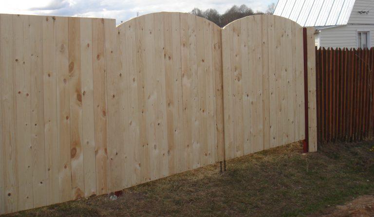 Забор из досок с имитацией необрезных своими руками фото
