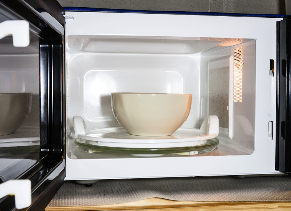 Как почистить микроволновку от жира водой