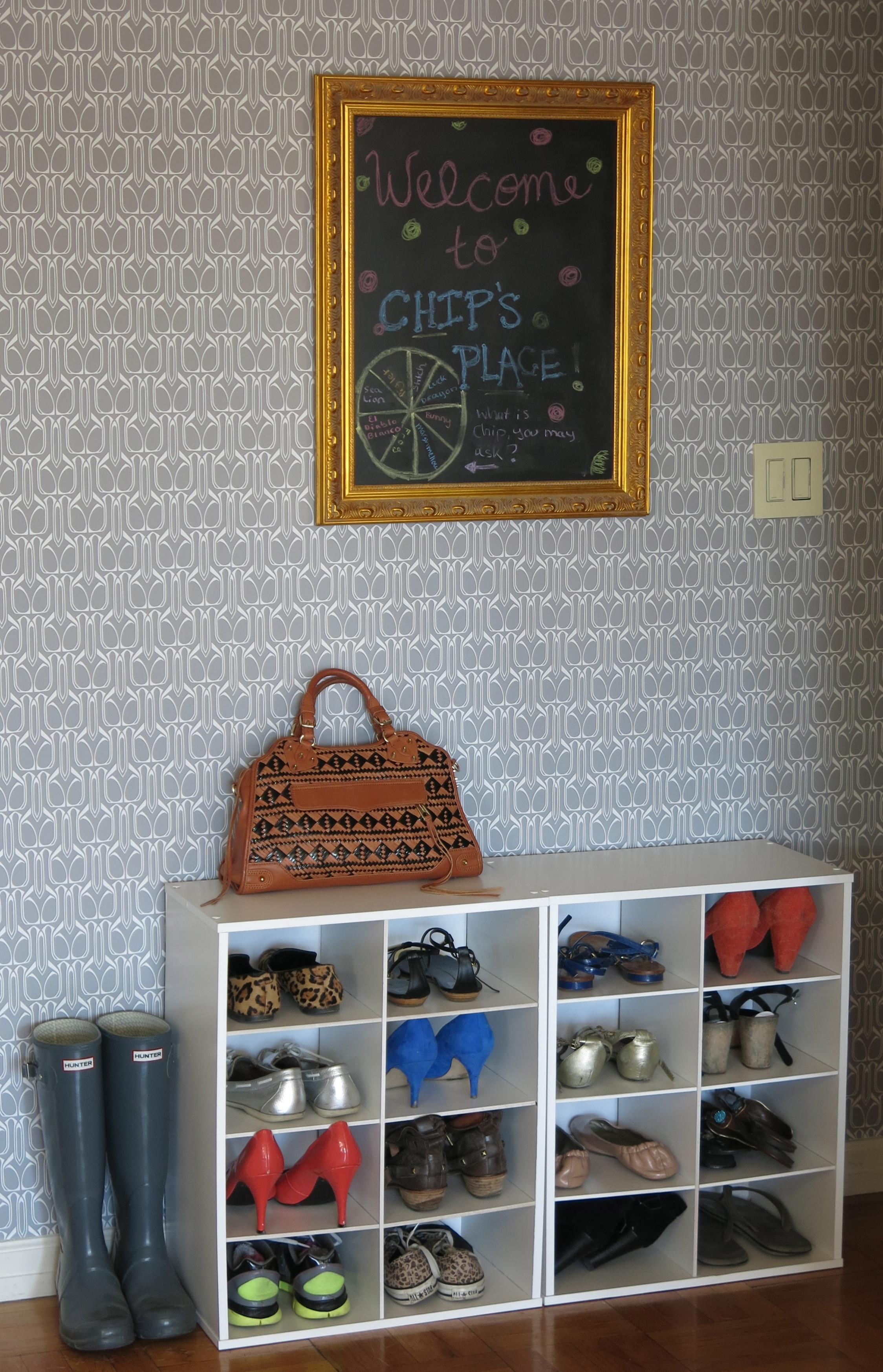 Прихожие в современном стиле: украшение стен