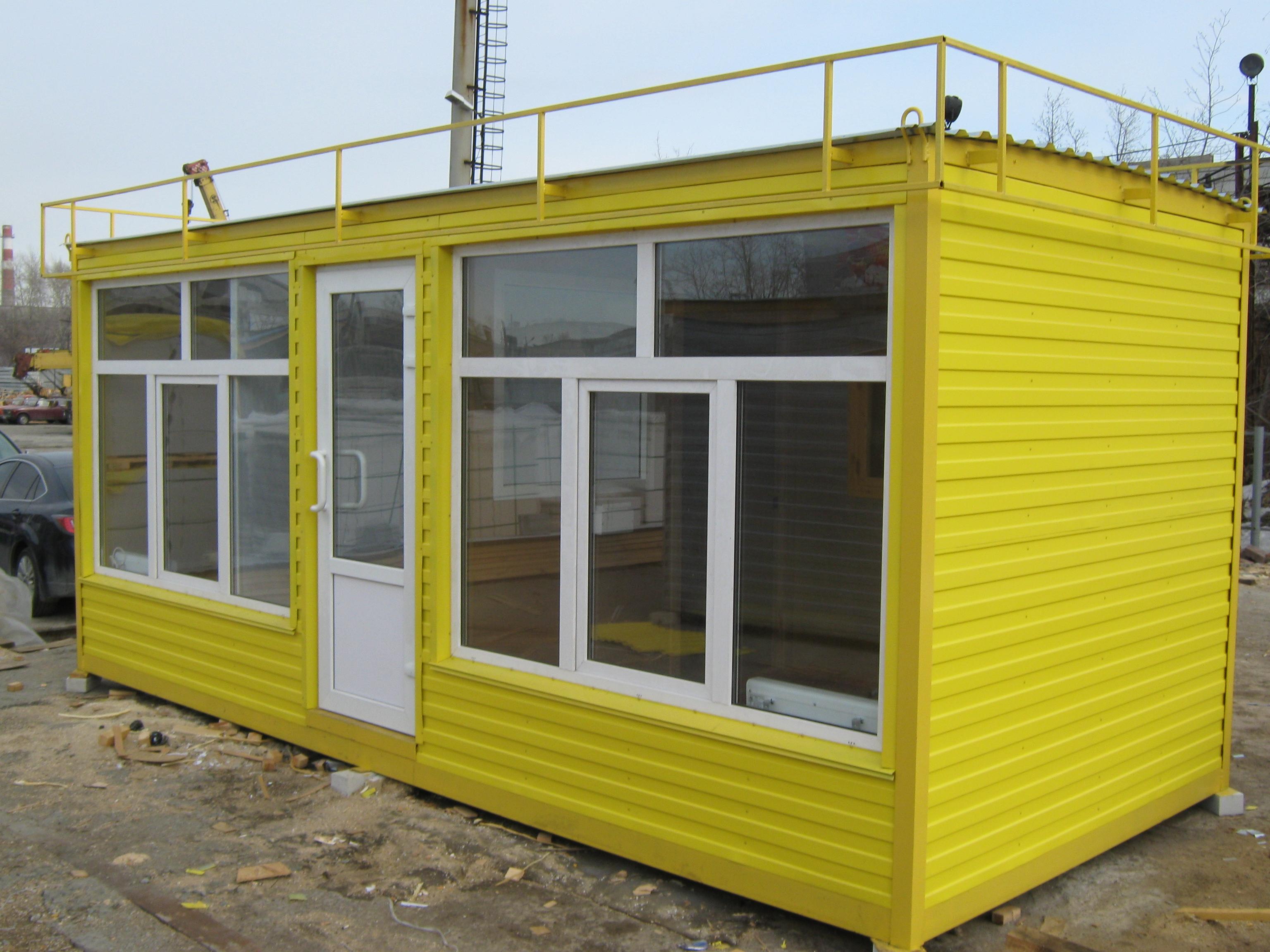 Яркое здание из желтых контейнеров