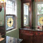 Фото 12: витраж в ванной на окнах