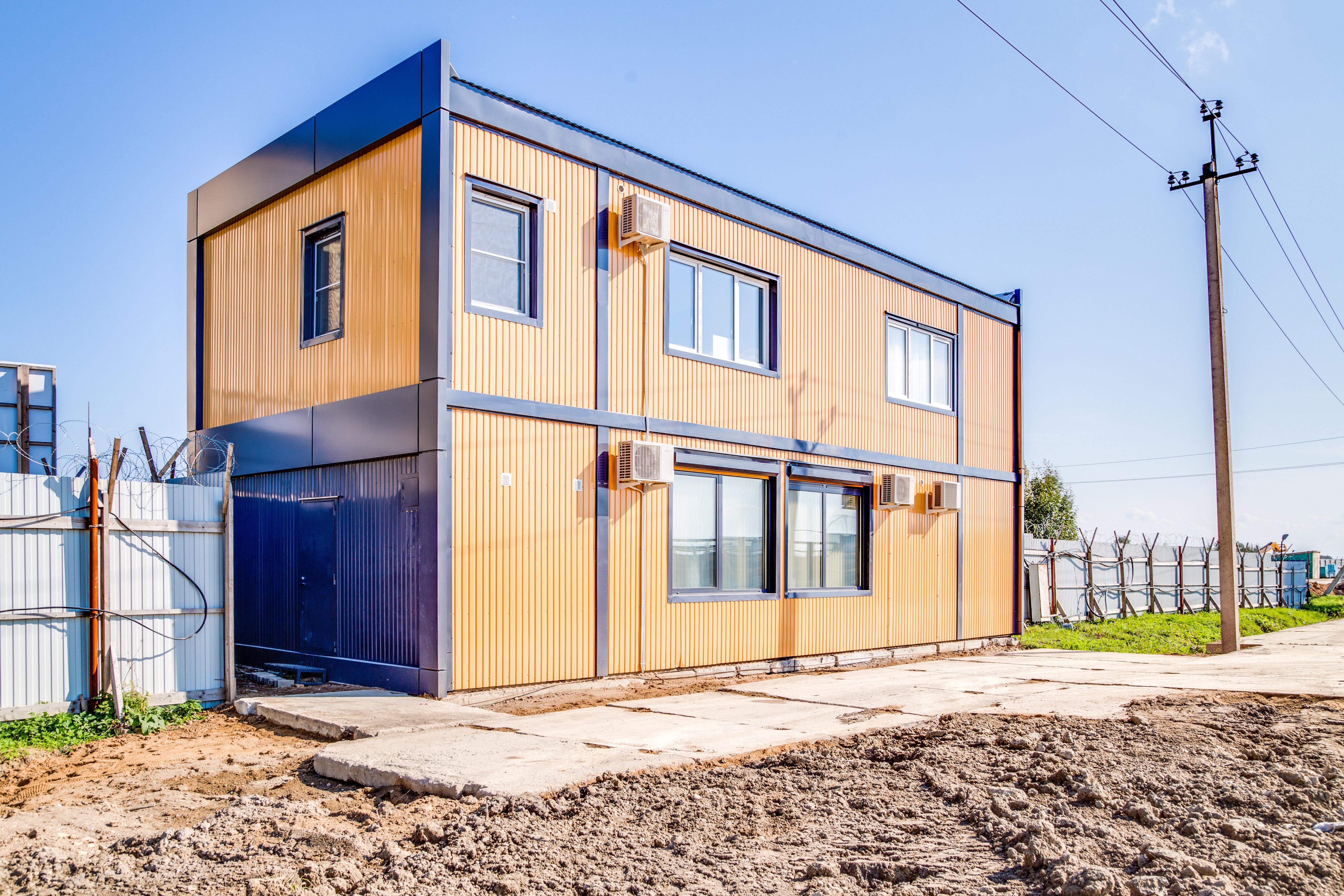 Оранжевое здание из блоков