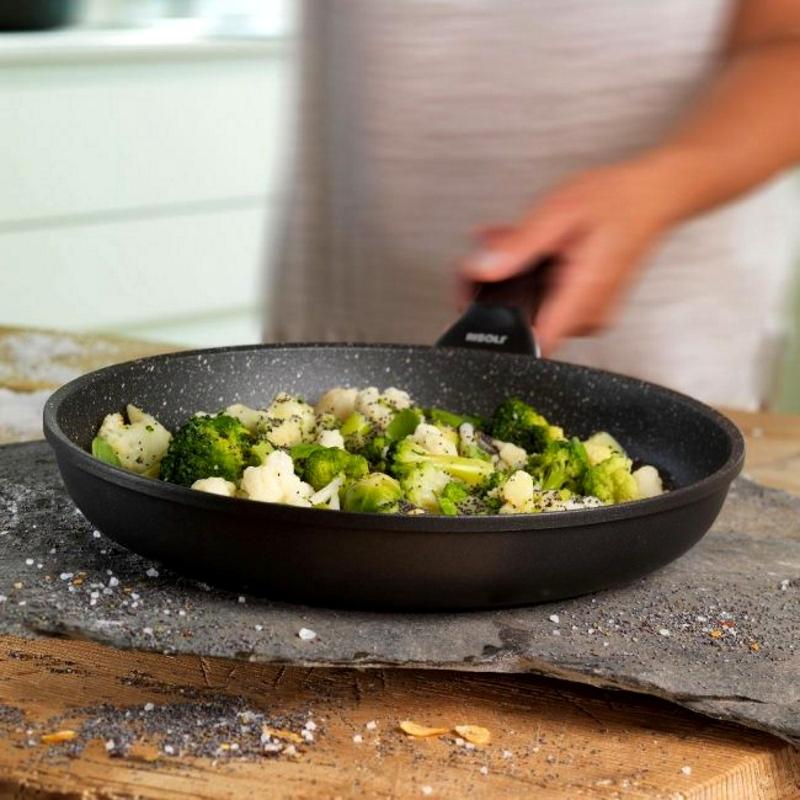 Приготовление полезной еды на сковороде с каменным покрытием