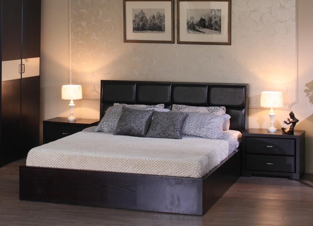 Кровать в сочетании с тумбой