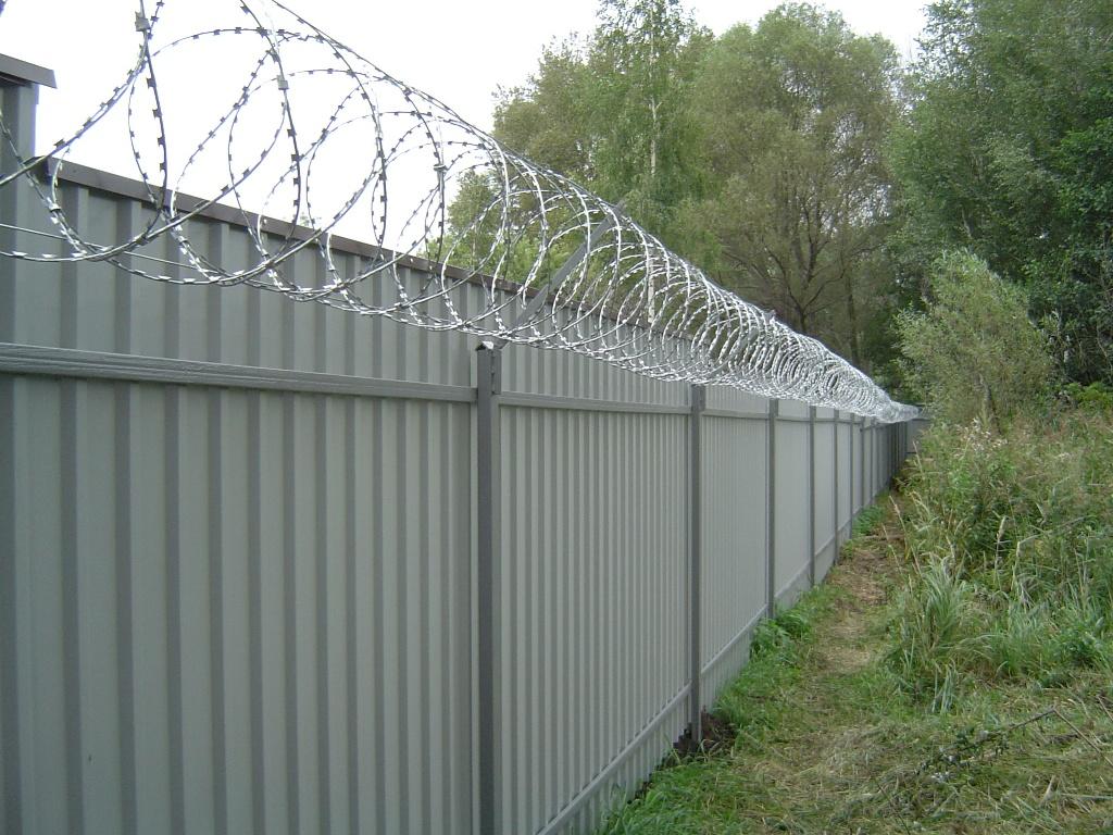 Забор с проволокой