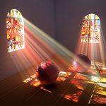 Фото 27: Преломление света через витраж